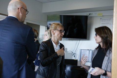Administrerende direktør i Helgelandssykehuset, Hulda Gunnlaugsdottir (midten) sier at hun har full tillit til direktør til drift og eiendom  Bjørn Bech-Hansen. Bech-Hansen var på kveldsbesøk hos sykehuset i Sandnessjøen torsdag 19. september. Bech-Hansen besøkte sykehuset sammen med det nye konsulentfirmaet ÅF Avensia. Enhetsdirektør for sykehuset i Sandnessjøen, Rachel Berg, var også med på møtet. Her sammen med Gunnlaugsdottir og styreleder Dag Hårstad ved AMK-sentralen i Sandnessjøen.