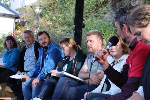 Forrige fredag var det debatt på torget i forbindelse med åpningen av Horva. Her svarte både lokalpolitikere, og fylkespolitikere og politikere fra Stortinget om utfordringene på Helgeland. Fredag blir det paneldebatt med bare lokale politikere, som får spørsmål om hva som angår alle i Alstahaug kommune.