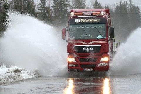 Det er meldt oransje farevarsel fra Meterologisk institutt fram til 3. januar.  Det er varslet mellom 150-200 millimeter med nedbør. Beredskapsvakta i Alstahaug kommune, ber folk ta kontakt dersom de opplever at nedbøren fører til oversvømmelser.