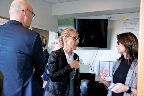 Enhetsdirektør for Helgelandssykehuset Sandnessjøen, Rachel Berg, sier at alle som ble berørt av hendelsen med en dødfødt baby, har fått oppfølging. Både i forkant, og i etterkant. Her sammen med administrerende direktør Hulda Gunnlaugsdottir , og styreleder Dag Hårstad.