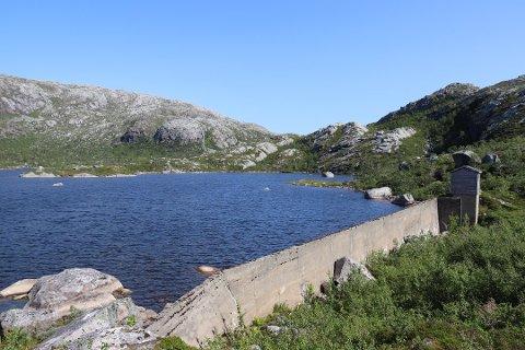 SIMSØVATNET: Det var strømbrudd i forbindelse med renseanlegget på Simsøvatnet som gjorde at innbyggere i Leirfjord var uten vann i morgentimene torsdag.