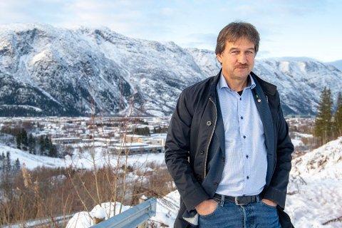 ORDFØRER: Ivan Haugland er ordfører i Leirfjord for Arbeiderpartiet. Han er fotografert øverst i Andåsen, med utsikt over Mosjøen, ved en tidligere anledning.