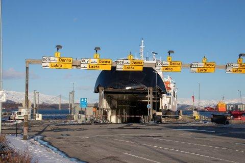 FERJELEIE: MF Møysalen ligger til kai i Sandnessjøen. Ferjen har anløp til Bjørn (Dønna) og Kopardal (Løkta).