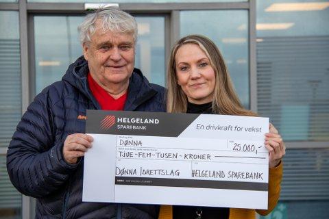 GLAD: Tore Westin, leder for Dønna IL, mottar sjekken fra Helgeland Sparebanks Sølvi Johansen utenfor bankens lokaler i Sandnessjøen. Pengene går til utstyr for de aller minste i folkebadet på Solfjellsjøen.