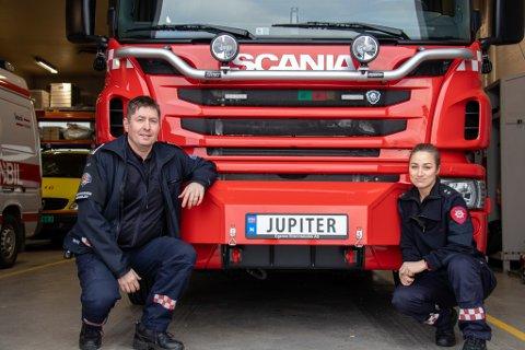 JUPITER: Den ene brannbilen på brannstasjonen i Sandnessjøen har fått navnet Juptier, etter barne-TV-serien Brannmann Sam. Her er brannsjef Dagfinn Andreassen og feier Lovise Wik sammen med Jupiter.