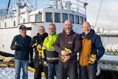 TAKKNEMLIGE: Cato Selnes, Frank Knutsen, Kyrre Bergquist,  Terje Sveø (Montér) og Johnny Andersen holder opp verktøyet som de har fått i gave hos Montér i Sandnessjøen.