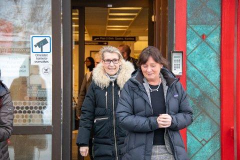 DIREKTØRER: Helse Nord-direktør Cecilie Daae går først ut av hovedinngangen på sykehuset i Sandnessjøen, med sykehusdirektør Hulda Gunnlaugsdottir i Helgelandssykehuset like bak. Her er de avbildet under et besøk i februar i år.