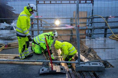 BYTTER FUGE: Arbeidere fra NordAsfalt jobber med å bytte en fuge på Leirfjord-siden av Helgelansbrua.