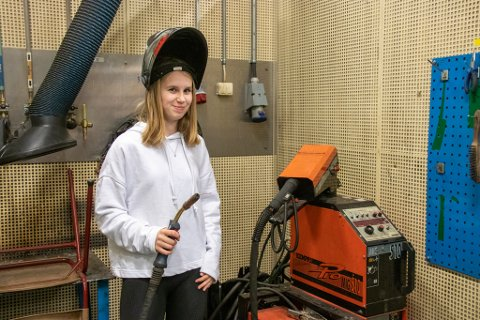 DRØMMER OM Å BLI SVEISER: Amanda Paulsen (16) fra Sandnessjøen krysser fingene for at hun kommer inn på TIP-linjen på videregående skole. Hun er allerede delvis kjent med utstyret.