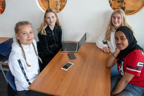 ELEVER: Emilia Stokka, Emma Eriksen, Live Høberg-Ottesen og Aisha Bashir går i andre klasse på studiespesialisering på Sandnessjøen videregående skole.