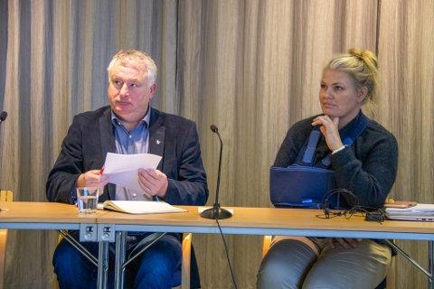 LEDELSE: Alstahaugs ordfører Peter Talseth (Sp) og kommuneoverlege Kirsten Toft, her fra en pressekonferanse på rådhuset i Sandnessjøen.