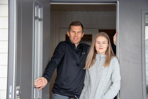 I KARANTENE: Stian og datteren Mia Theting sitter i karantene etter treningsleir til Tyrkia. Her er de hjemme i huset i Sandnesjøen.