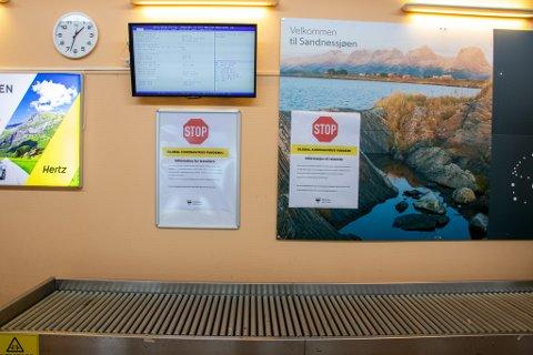 PLAKATER: Ankomsthallen på Stokka var tapetsert med informasjonsplakater om koronaviruset.