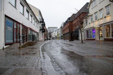 REGNTUNGT: Helgeland fikk godt med nedbør og vind tirsdag. Her fra gågaten i Sandnessjøen.
