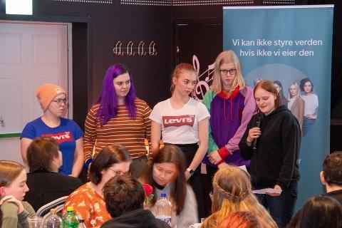 ELEVBEDRIFT: Thea Lønning, Malin Fredrikke Storrø, Emilie Pettersen, Mathilde Mathisen la frem sin elevbedrift Gammelt Nytt, der de resirkulerer gamle klær til hårstrikk i forskjellige farger og mønster. Julie Bastesen (med mikrofonen) har på sin side bedriften Nokko før allje, som arrangerer spillkvelder og andre sosiale arrangementer.