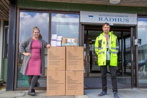 OVERLEVERING: Equinors Fredrik Nordnes overleverte flere kasser med smittevernutstyr til kommuneoverlege Kirsten Toft torsdag, og de to holdt likevel god avstand for sikkerhetens skyld.
