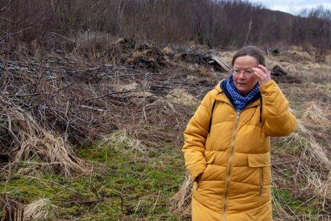 IRRITERT: Margit Steinholt har sett seg lei på at det dumpes hageavfall på friområdet over Mølnhussletta i Ura, og i nabolaget.