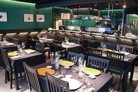FÅR ÅPNE IGJEN: Sandnessjøens sushi-restaurant Kontoret kan igjen åpne for gjester i sine lokaler i sentrum. Bak disken står kokken Patryk Niezbeck. Bildet er fra åpningen av restauranten i fjor sommer.