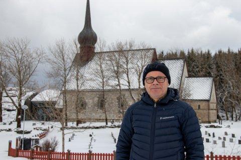 PROST: Olav Rune Ertzeid, her fotografert utenfor kirken på Alstahaug.