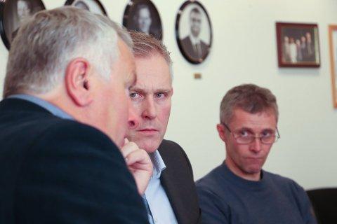 Børge Toft har fått ja fra formannskapet på å utvide kassakreditten til 100 millioner kroner. - Hvis ikke så risikerer vi å ikke kunne betale våre ansatte lønn, sier han. Ole Gerhard Rinø (Ap, bak) var skeptisk.