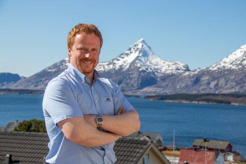 GRÜNDER: Tom Rune Sørvik Jakobsen har etablert selskapet Arctic Latitudes AS, som har som mål om å frakte luksusturister rundt om på Helgeland og i Norge. Her er han avbildet på verandaen, med storslagne Dønnamannen i bakgrunnen.