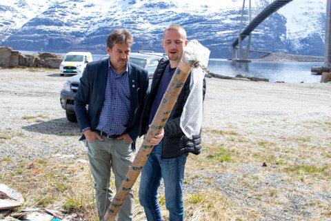 IRRITERT: Ordfører Ivan Haugland (Ap) og Leif-Ove Ottermo Olsen i Leirfjord kommune plukker opp avfall som er dumpet ulovlig på Leines.