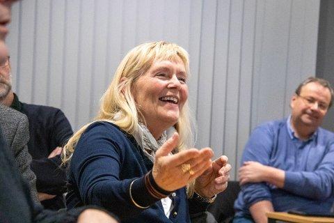 GLAD: Herøy-ordfører Elbjørg Larsen (Ap) kan smile over at flertallet på Stortinget vil reduseres ferjeprisene i Norge. Her er hun avbildet ved en tidligere anledning.