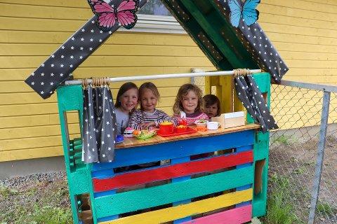 STENGT: De kommunale barnehagene holder stengt i uke 29-31. Dette bildet ble tatt i fjor sommer. Her står (f.v) Lilja, Mille, Sanna og Emilie i kassa.