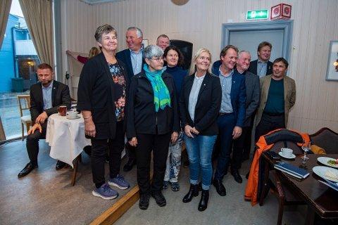 SAMMEN: De tolv kommunene sør om Korgfjellet står fortsatt sammen. Her er de avbildet i Mosjøen da helseminister Bent Høie (H) var på besøk i oktober.