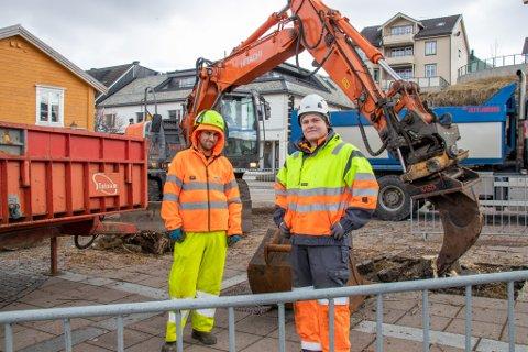 TOK TRÆRNE: Trond Haugland og Simen Tobias Aune i parkvesenet i kommunen hjalp til med fjerningen av trærne som sto på torget i Sandnessjøen.