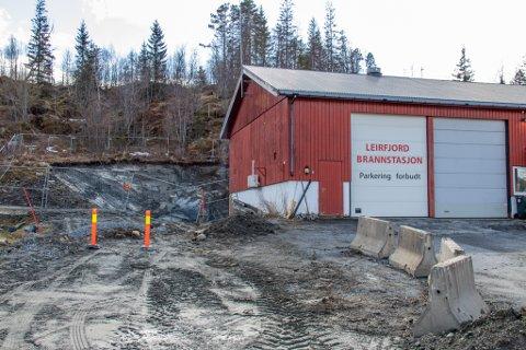 BRANNSTASJON: På Leland i Leirfjord er anleggsaktiviteten i full gang. Her bygges den nåværende brannstasjonen ut.
