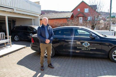 STARTER TROLIG MANDAG: Torgeir Torgersen er daglig leder for Sandnessjøen Trafikkskole. Her er han fotografert i innkjørselen, med skolebilene stående på rekke og rad.