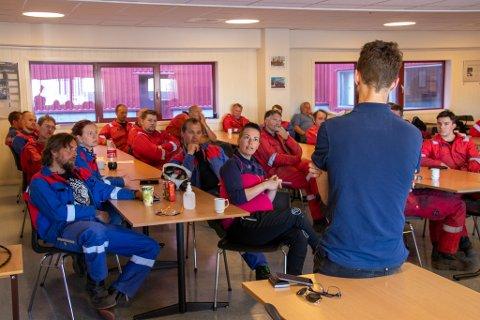 MØTTE ANSATTE: Rødt-leder Bjørnar Moxnes møtte onsdag ansatte ved verkstedet på Aker Solutions for å ta med seg innspill ned til Stortinget.