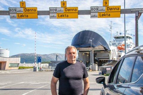LØKTVÆRING: Helge Emilsen fra Løkta er pensjonert bonde. Han hadde med seg både bil og henger på turen han ble belastet dobbelt opp for. Her er han avbildet på ferjeleiet i Sandnessjøen.