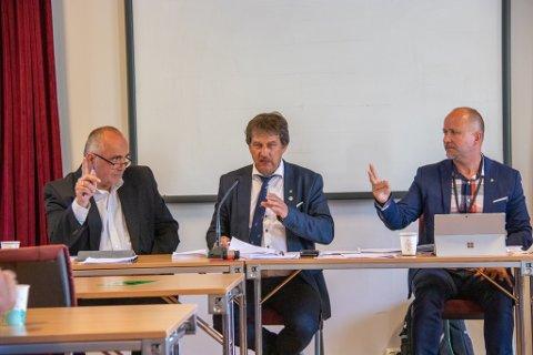 LEDELSE: Varaordfører Sten Rino Bonsaksen ser på ordfører Ivan Haugland (AP) i midten. Til høyre sitter rådmann Jan Ove Styve. Her avbildet under et kommunestyremøte i sommer.