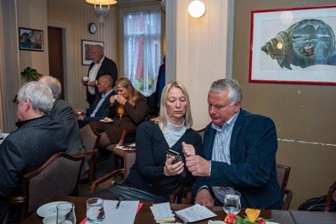 PÅ HØIE-MØTE: Varaordfører i Alstahaug Hanne Benedikte Wiig (R) og ordfører Peter Talseth (SP) avbildet under helseminister Bent Høies (H) besøk i Mosjøen for å diskutere sykehus i oktober 2019. I bakgrunnen sitter kommuneoverlege i Alstahaug, Kirsten Toft sammen med Espen Isaksen i Mosjøen og omegn Næringsselskap KF. Stående helt bakerst er tidligere Vefsn-ordfører Jann-Arne Løvdahl (Ap).