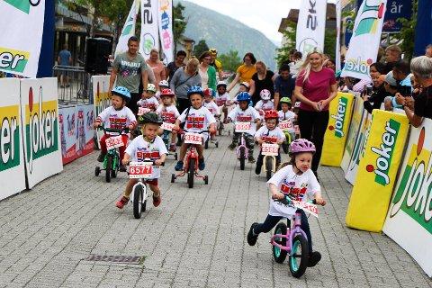 SYKKELGLEDE: Det er som regel god stemning hos både unge og voksne når Tour of Norway for Kids arrangeres. Her fra utgaven i Mosjøen i fjor.