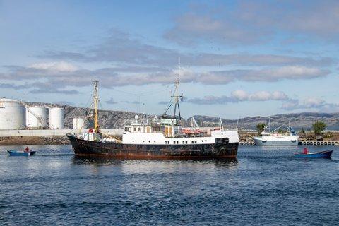 PÅ FARTEN: MS Gamle Helgeland ble tirsdag ført inn til Slipen for vedlikehold og restaurering, ved hjelp av to småbåter i bau og akter.