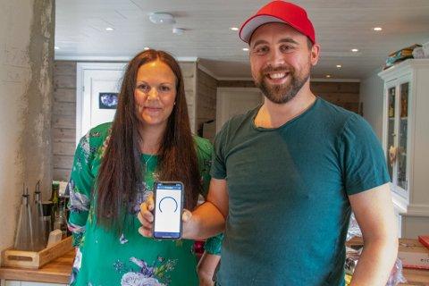 PÅ FIBERNETT: Heidi Johansen Vaags og Harald Rølvåg Jenssen kan smile etter å ha fått lynraskt fibernett i hus som de første i kommunen.