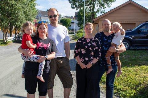 TILTAK: (F.v.) Andrine Jørgensen (4), Kathrine Kristensen (38), Kim Jørgensen (4), Camilla Skagen Larsen (33), Leif Tore Steiro Tanke (46) med Amantha Skagen Tanke (3) på armen. Familiene ønsker at kommunen skal sette inn tiltak i gata.