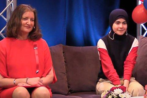 DRØMMESTIPENDET: Soura Hadi mottok drømmestipendet. Til høye for henne sitter kulturskolerektor Anne Sofie Mentzen.