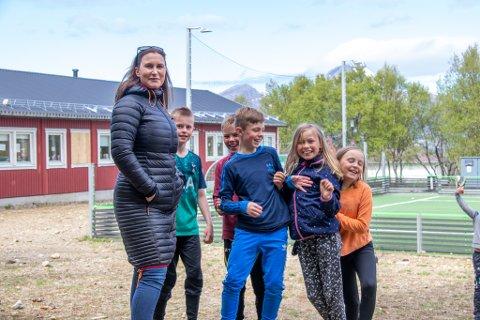 POPULÆR: Tobarnsmor Randi Andersen måtte først være lærer på hjemmebane for sine egne barn under korona-krisen. Så ble hun kastet ut i skoleverket i Alstahaug. Det har vært en interessant opplevelse, forteller hun.
