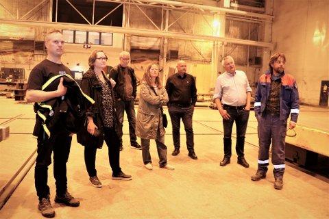 Tillitsvalgt Marko Helminen (t.h.) og Linda Sandholm Nybakk (ikke på bildet), inviterte torsdag gruppelederne for de politiske partiene i Alstahaug til en prat om hva nettopp de gjør for å berge både arbeidsplasser og kompetanse for regionen. Fra venstre Edvard Westvik (Sp), Trude Jægtvik (Sp), Jan Brynlund (SV), Margit Steinholt (Rødt), Jack Edvardsen (Frp), og ordfører Peter Talseth (Sp).