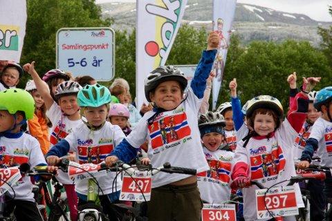 SYKKELFEST: Totalt var det 90 barn som deltok på søndagens Tour of Norway for kids på Leland i Leirfjord.