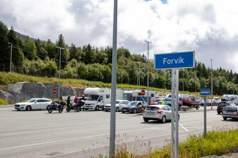 FERJEKØ: Bilister står i ferjekø på Forvik på vei til Tjøtta under sommerens ferierush.