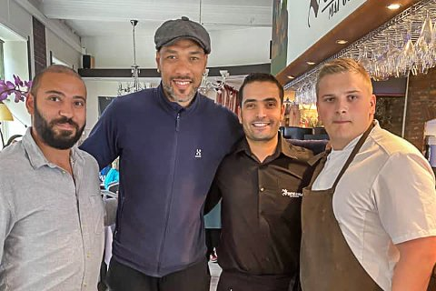 CAREW: (F.v.) Ali Teker, John Carew, Adem Teker og Steffen Almli. Onsdag ettermiddag var Carew innom restauranten for å ta seg en matbit.