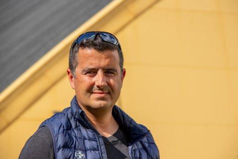 SIL-LEDER: William Fournaros er daglig leder for Sandnessjøen idrettslag. Han mener det burde vært mulig å kunne benytte håndballdekket som ligger i Helgelandshallen i sommermånedene, men får nei av kommunen.