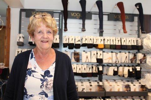 Ragnhild Reiertsen har jobbet 12-13 år på H. Haugland og trives veldig der. -  Det viser seg at det er behov for en butikk som dette, sier hun. Eier Hilde Sand er på ferie, og er derfor ikke med på bildet.