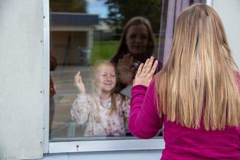 HILSET PÅ MAMMA: Selv om første skoledag kun varte til klokken 11 mandag, var det flere som skulle rett videre på SFO på Sandnes skole. Likevel hadde mange foresatte tatt turen innom skolen for å se til sine minste.