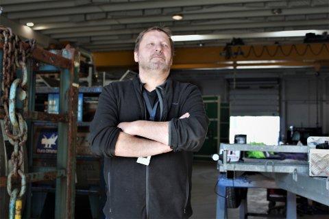 Eier og daglig leder av Helgeland Overflateteknikk, Tage Jakobsen sier at han er beymret for framtiden dersom nedlegging av Aker sitt anlegg på Strendene blir realisert. - For oss vil det bety en halvering av staben. Kanskje mer, sier han.